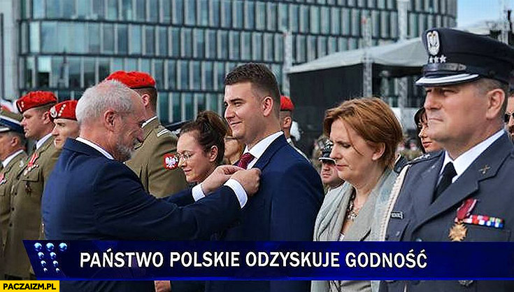 Misiewicz dostaje medal. Państwo polskie odzyskuje godność