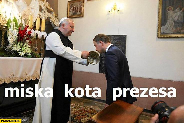 Miska kota prezesa Andrzej Duda całuje naczynie ksiądz trzyma