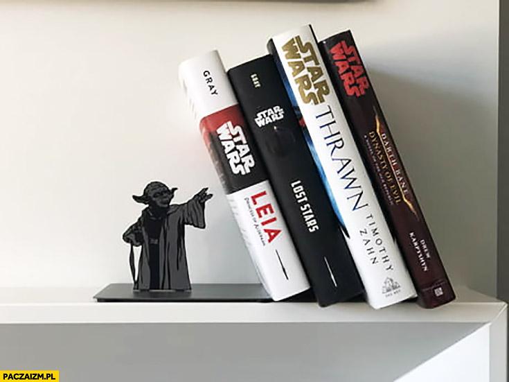 Mistrz Yoda kreatywna półka na książki używa mocy żeby książki nie spadły