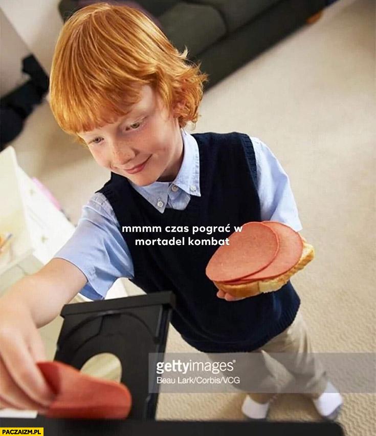Mmm czas pograć w Mortadel Kombat dzieciak wkłada szynkę do napędu cd