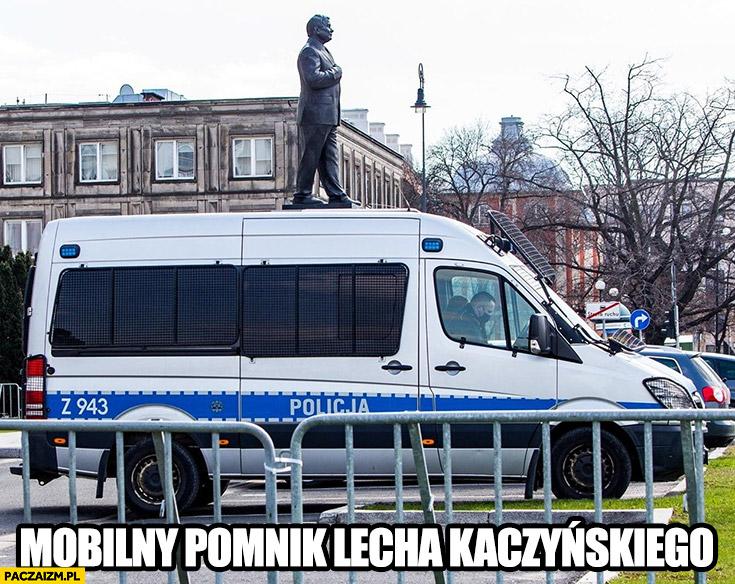 Mobilny pomnik Lecha Kaczyńskiego na radiowozie