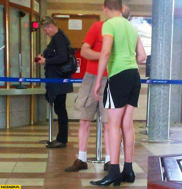 Moda polska krótkie spodenki i lakierki chłopaki na dworcu