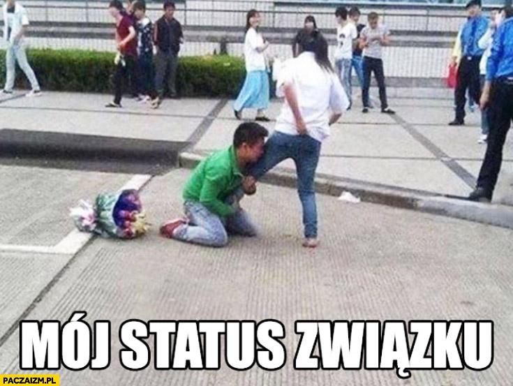 Mój status związku: trzyma dziewczynę za nogę