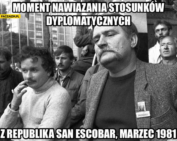 Moment nawiązania stosunków dyplomatycznych z republiką San Escobar marzec 1981 Wałęsa Kaczyński Pablo Escobar