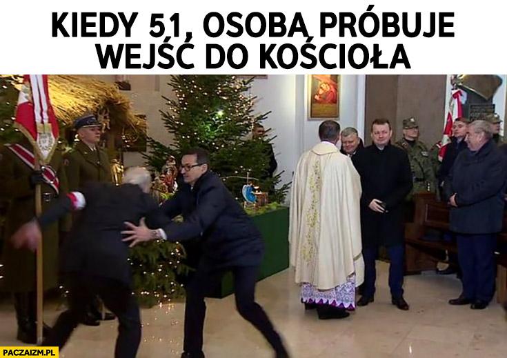 Morawiecki kiedy 51. osoba próbuje wejść do kościoła łapie go