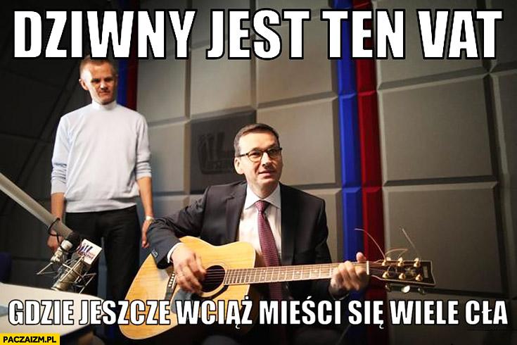 Morawiecki z gitarą dziwny jest ten VAT, gdzie jeszcze wciąż mieści się wiele cła sings śpiewa