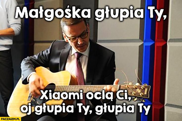 Morawiecki z gitarą Małgośka głupia Ty, Xiaomi oclą Ci, oj głupia Ty, głupia Ty sings śpiewa