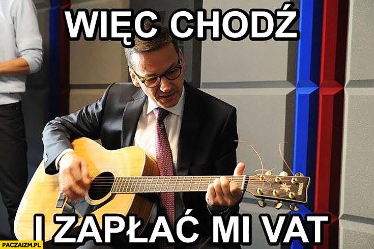Morawiecki z gitarą więc chodź i zapłać mi VAT sings śpiewa