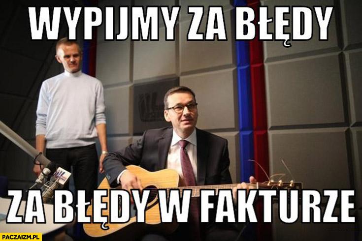 Morawiecki z gitarą wypijmy za błędy w fakturze sings śpiewa
