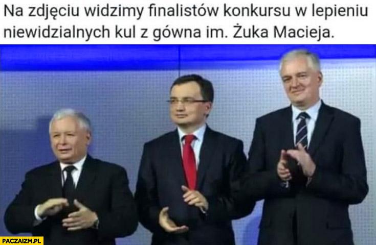 Na zdjęciu widzimy finalistów konkursu w lepieniu niewidzialnych kul z gówna im Żuka Macieja Kaczyński Ziobro Gowin
