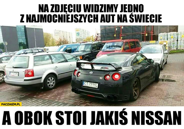 Na zdjęciu widzimy jedno z najmocniejszych aut na świecie, a obok stoi jakiś Nissan Passat