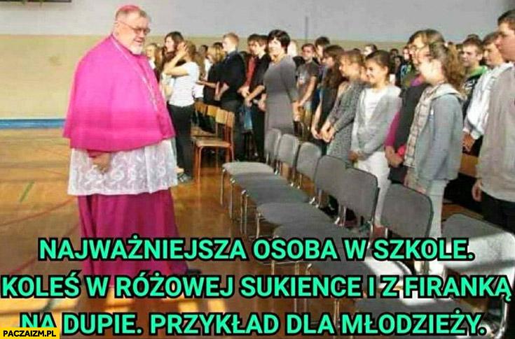 Najważniejsza osoba w szkole ksiądz koleś w różowej sukience i z firanką na tyłku przykład dla młodzieży