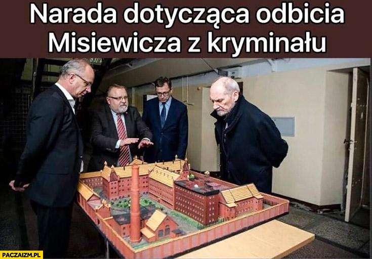 Narada dotycząca odbicia Misiewicza z kryminału Macierewicz ogląda makietę więzienia