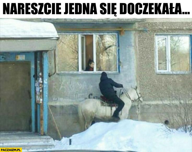Nareszcie jedna się doczekała – rycerz na białym koniu pod blokiem