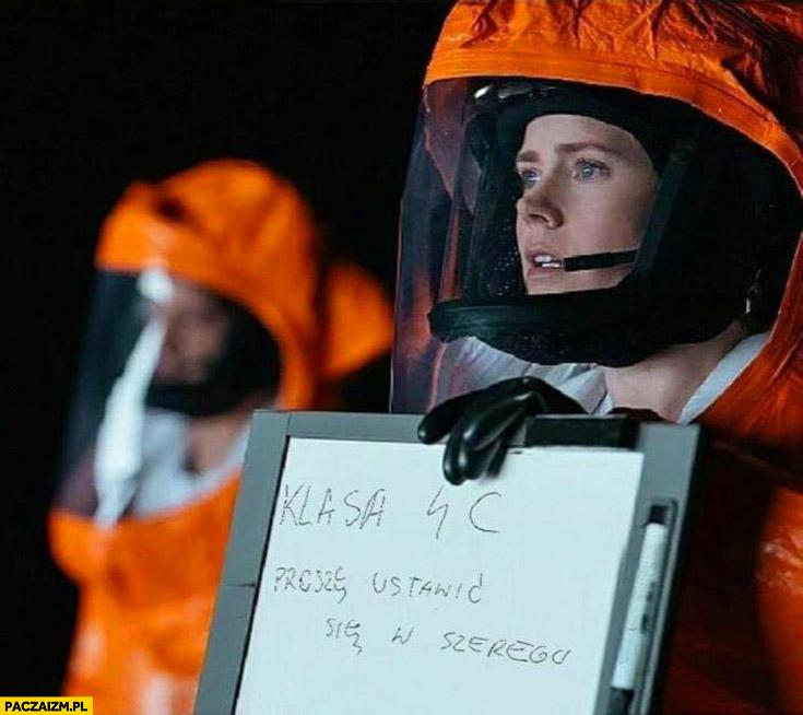 Nauczyciele w pandemii klasa 4C proszę ustawić się w szeregu kombinezon ochronny