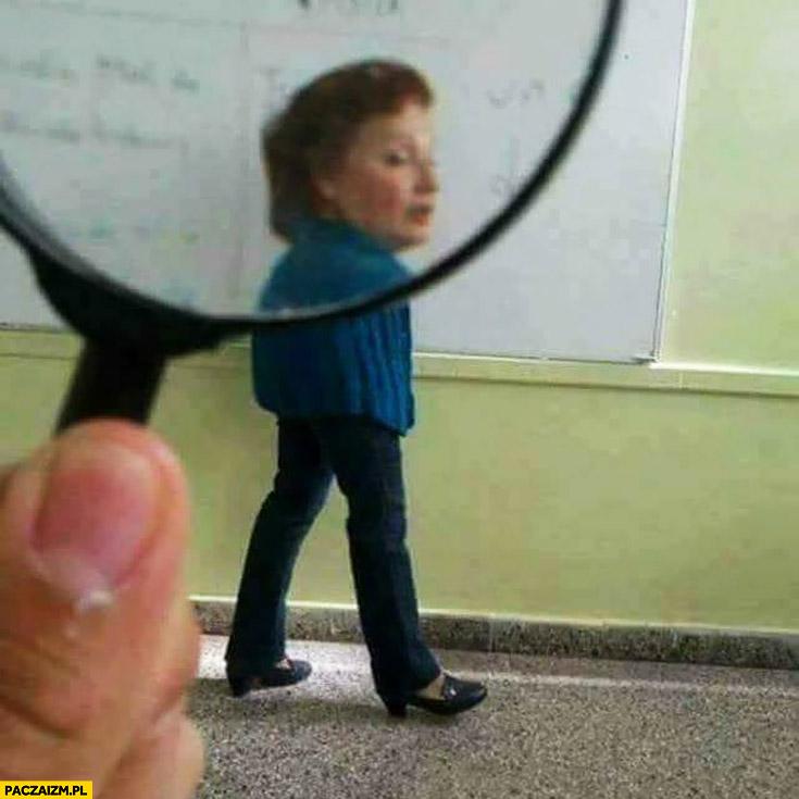 Nauczycielka widziana przez lupę nie ma rąk