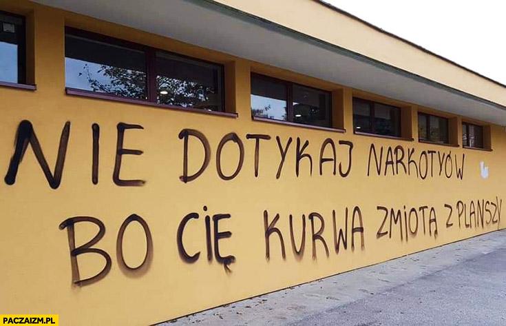Nie dotykaj narkotyków bo Cię kurna zmiotą z planszy napis na murze