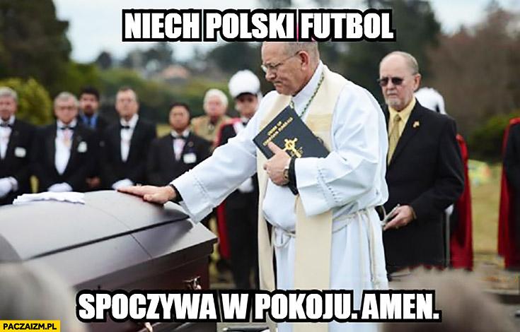 Niech polski futbol spoczywa w pokoju, amen. Ksiądz na pogrzebie
