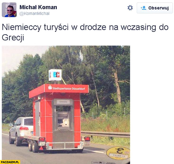 Niemieccy turyści w drodze na wczasy w Grecji własny bankomat