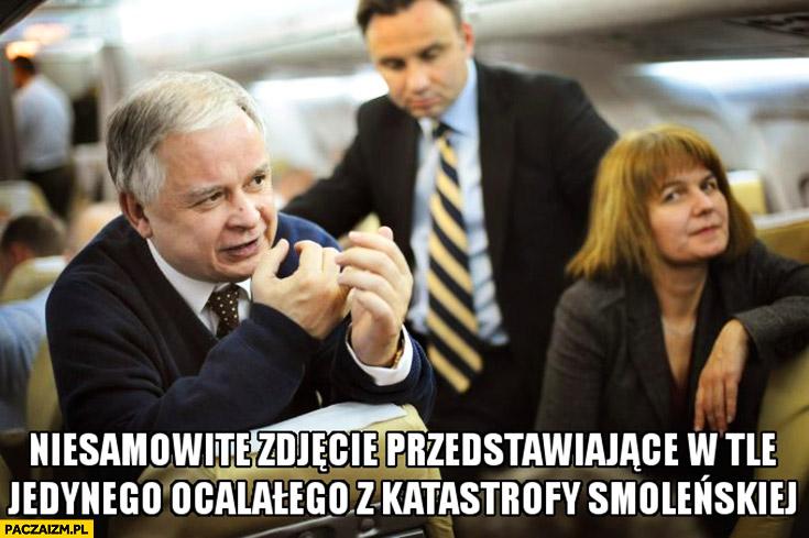 Niesamowite zdjęcie przedstawiające w tle jedynego ocalałego z katastrofy Smoleńskiej Andrzej Duda Lech Kaczyński