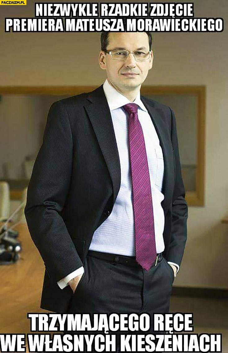 Niezwykle rzadkie zdjęcie premiera Mateusza Morawieckiego trzymającego ręce we własnych kieszeniach