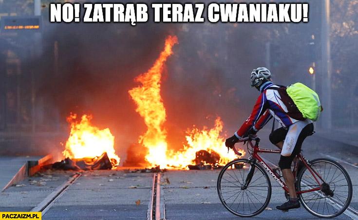No zatrąb teraz cwaniaku rowerzysta patrzy na spalone palące się auto