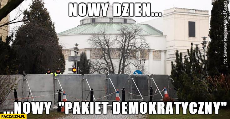 Nowy dzień, nowy pakiet demokratyczny sejm ogrodzony barierkami