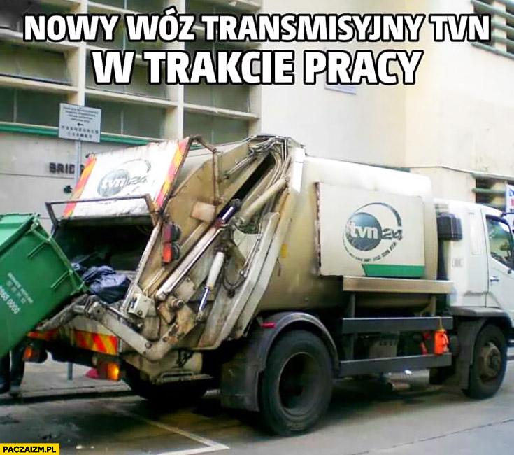 Nowy wóz transmisyjny TVN w trakcie pracy śmieciarka