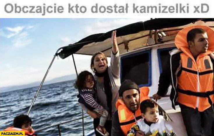 Obczajcie kto dostał kamizelki imigranci przeprawa przez morze ocean tylko mężczyźni mają kamizelki ratunkowe