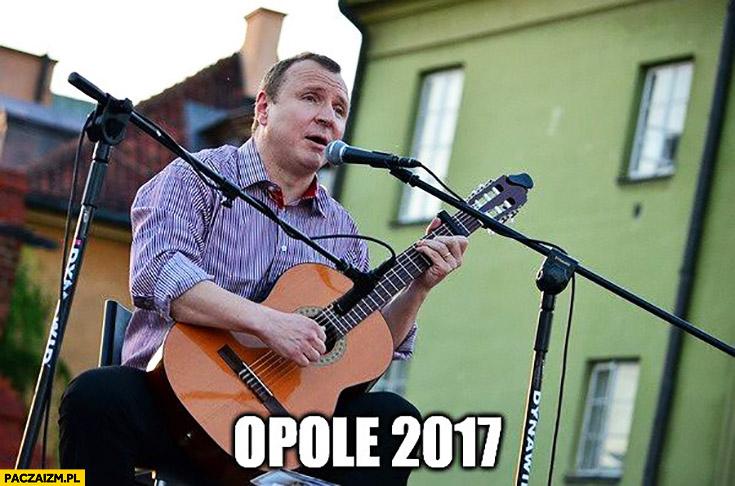 Opole 2017 Jacek Kurski z gitarą śpiewa