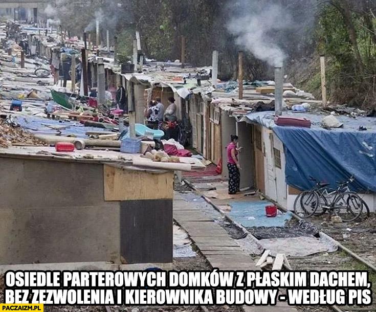 Osiedle parterowych domków z płaskim dachem bez zezwolenia i kierownika budowy według PiS Indie slumsy