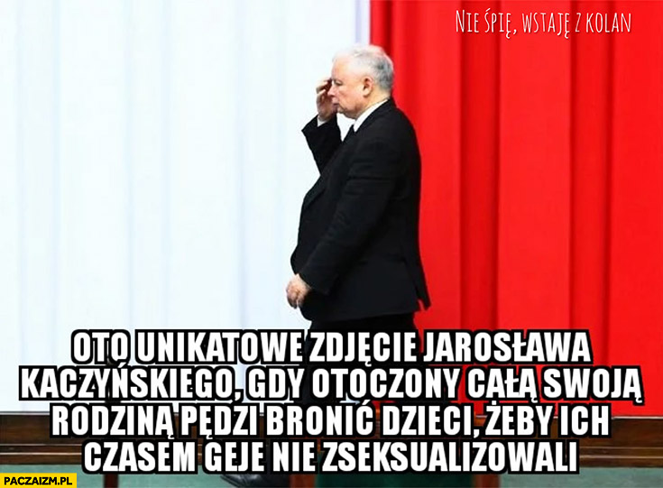 Oto unikatowe zdjęcie Jarosława Kaczyńskiego gdy otoczony całą swoją rodziną pędzi bronić dzieci żeby ich czasem geje nie zseksualizowali
