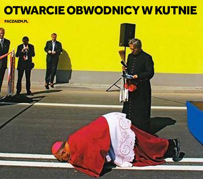 Otwarcie obwodnicy w Kutnie ksiądz całuje drogę