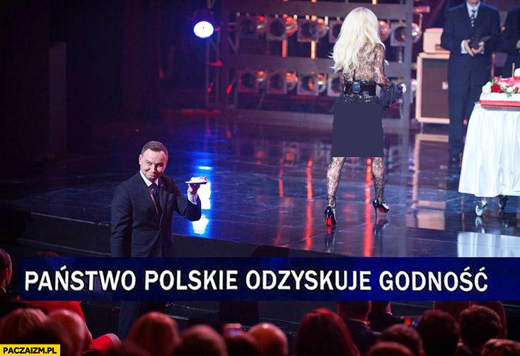 Państwo Polskie odzyskuje godność Andrzej Duda z tortem od Dody