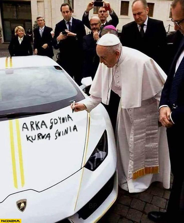 Papież Franciszek podpisuje pisze na Lamborghini Arka Gdynia kurna świnia