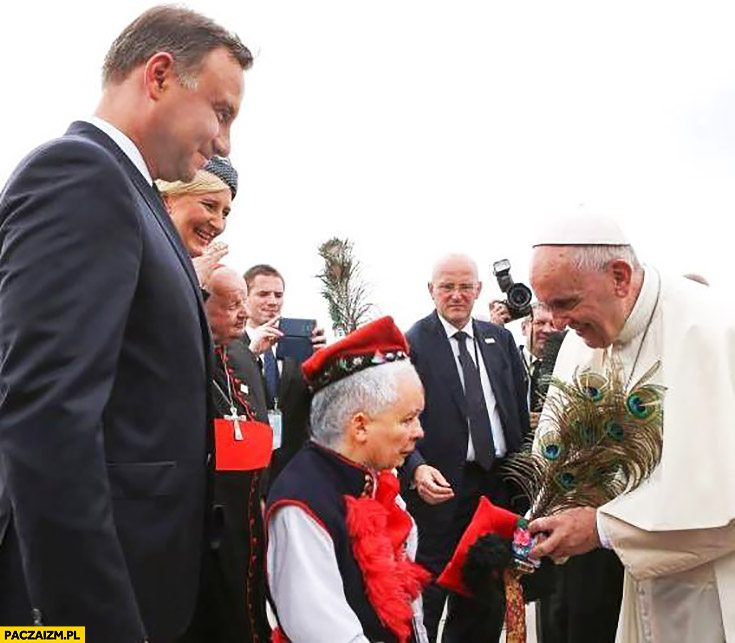 Papież Franciszek przyjmuje prezent od Jarosława Kaczyńskiego przeróbka dziecko karzeł krakowiaczek