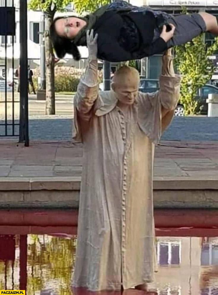 Papież rzuca Kaja Godek kamień głaz przeróbka