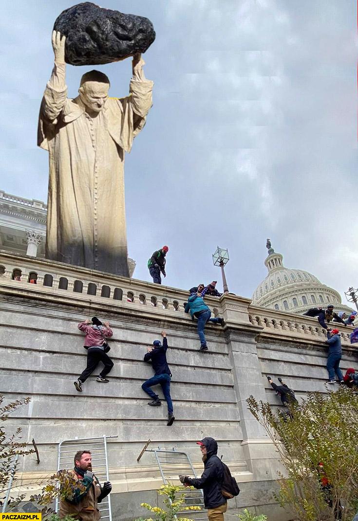 Papież rzuca kamień ciśnie głaz w ludzi wchodzących po murze przeróbka