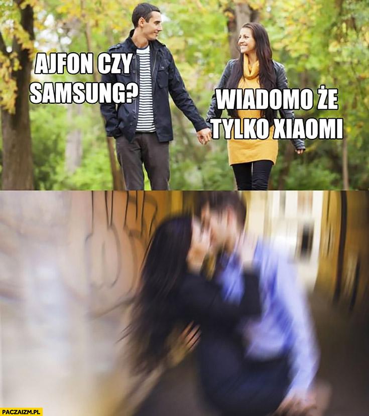 Para na spacerze: Ajfon czy Samsung? Wiadomo, że tylko Xiaomi natychmiast ją całuje