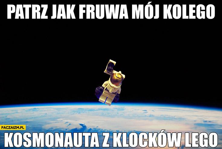 Patrz jak fruwa mój kolego kosmonauta z klocków LEGO Wykop