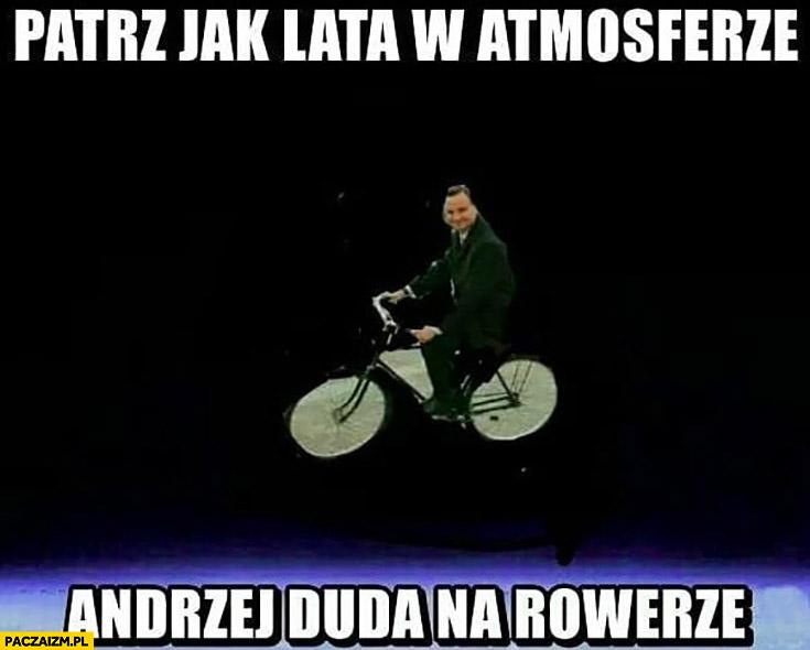 Patrz jak lata w atmosferze Andrzej Duda na rowerze