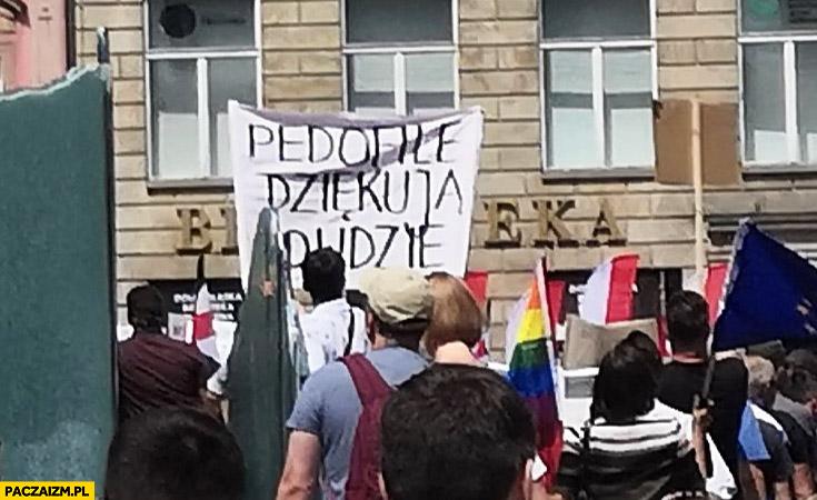 Pedofile dziękują Dudzie napis transparent na proteście wiecu