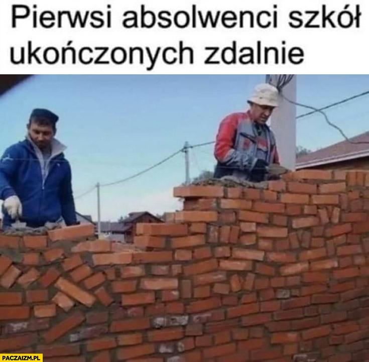 Pierwsi absolwenci szkol ukończonych zdalnie murarze krzywy mur