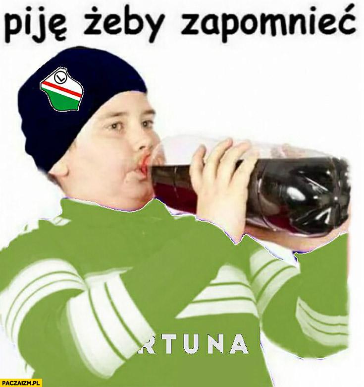 Piję żeby zapomnieć grubas kibic Legia Warszawa pije colę