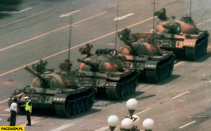 Plac Tiananmen protesty 1989 polski policjant spisuje manifestanta czołgi przeróbka