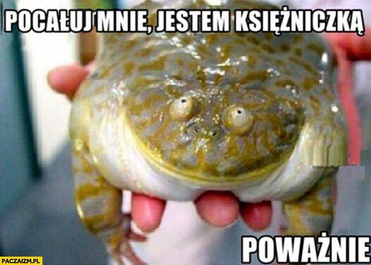 Pocałuj mnie jestem księżniczką poważnie żaba
