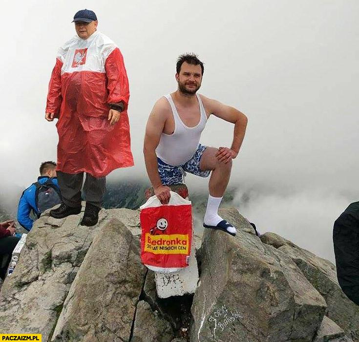 Polak cebulak na szczycie Giewoncie Rysach w Tatrach z Kaczyńskim w płaszczu kurtce pelerynie przeciwdeszczowej flaga polski