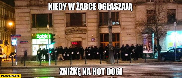 Policja kiedy w Żabce ogłaszają zniżkę na hot dogi