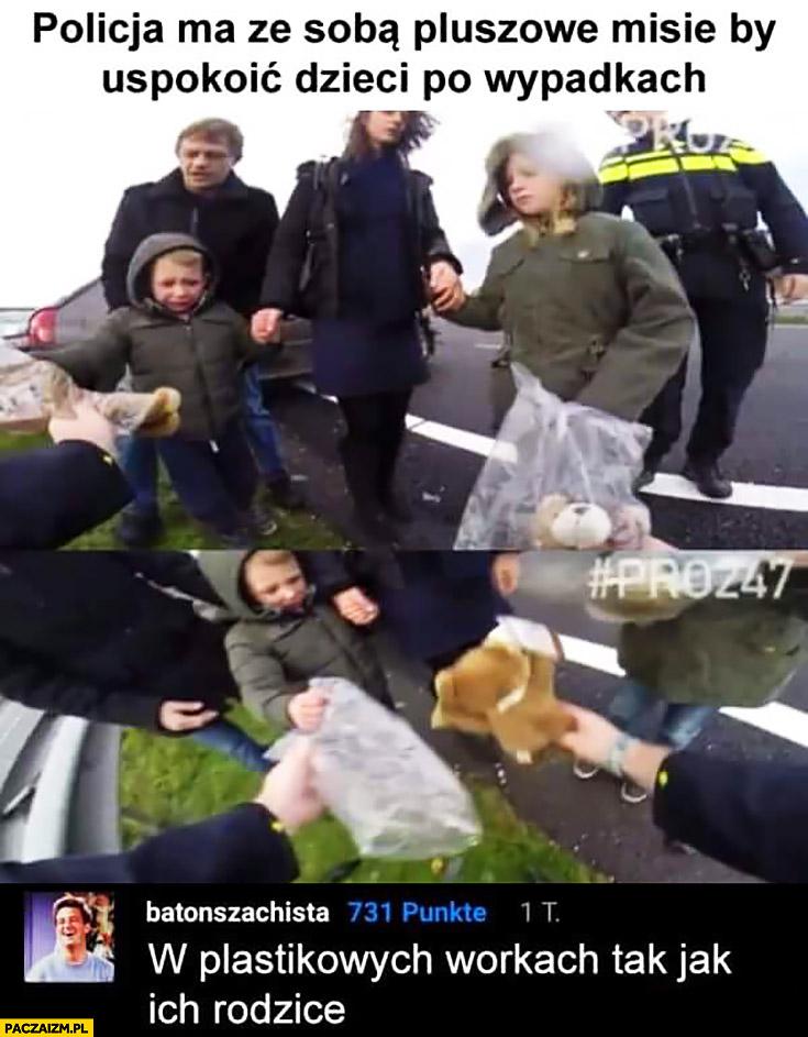 Policja ma ze sobą pluszowe misie by uspokoić dzieci po wypadkach, w plastikowych workach jak ich rodzice