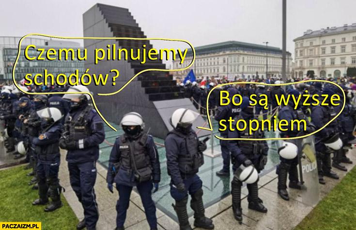 Policjanci czemu pilnujemy schodów? Bo są wyższe stopniem pomnik smoleński